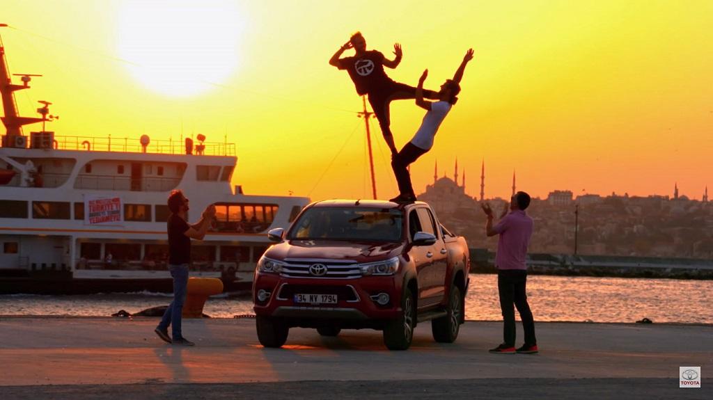 Toyota Hilux'tan Parkour gösterisi