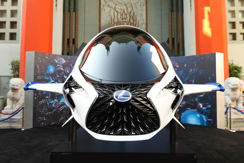 Lexus'un uzay aracı kırmızı halıda boy gösterdi