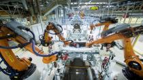 Seat üretim merkezinde robot dansı